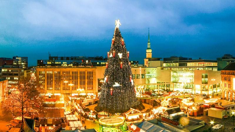 Kerstboom op kerstmarkt Dortmund, Duitsland